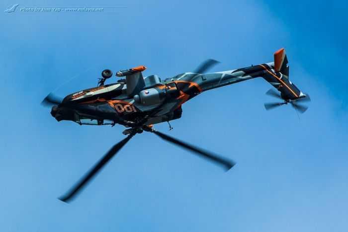 AH-64D Apache Doing Barrel Rolls Royal Netherlands Air Force AH-64D Apache Demo Team pictures 002