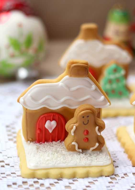 Mini Gingerbread House Using Cookies